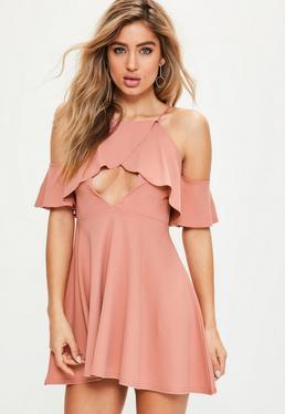 Różowa rozkloszowana sukienka z falbankami i odkrytymi ramionami
