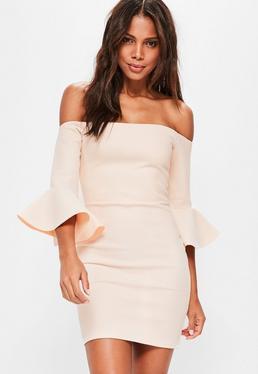 Beżowa dopasowana sukienka bardot z ozdobnymi falbanami na rękawach i grubą siatką