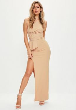 Beżowa długa sukienka z rozporkiem na jedno ramię
