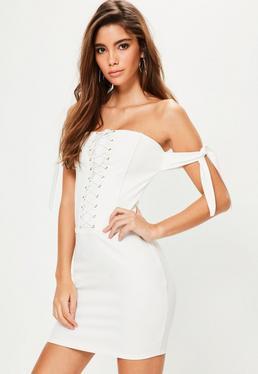 Biała sukienka bardot z gorsetowym wiązaniem