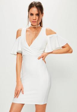 Biała dopasowana sukienka kopertowa z wyciętymi ramionami i falbanami na rękawach