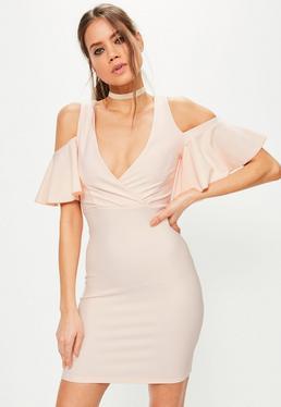 Różowa dopasowana sukienka kopertowa z wyciętymi ramionami i falbanami na rękawach