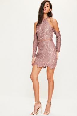Różowa dopasowana sukienka z koronki z wyciętymi ramionami