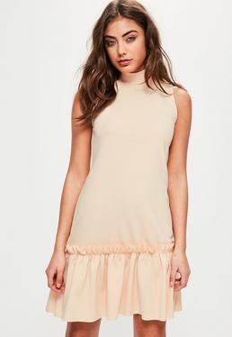 Beżowa sukienka bez rękawów z falbanami