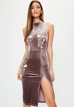 Brązowa welurowa sukienka midi z rozporkiem i ozdobnym kwiecistym haftem