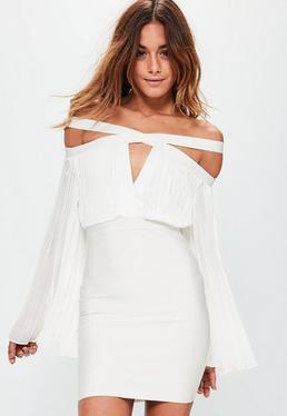 Biała plisowana sukienka z ozdobnymi paskami i wycięciami