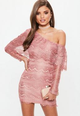 Vestido ajustado de encaje con hombro descubierto en rosa