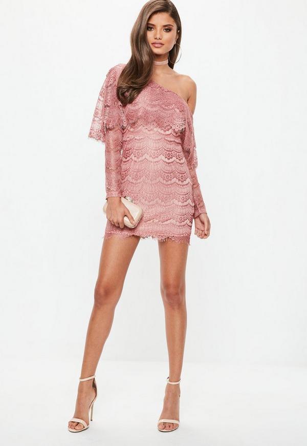 Vestido ajustado de encaje con hombro descubierto en rosa | Missguided