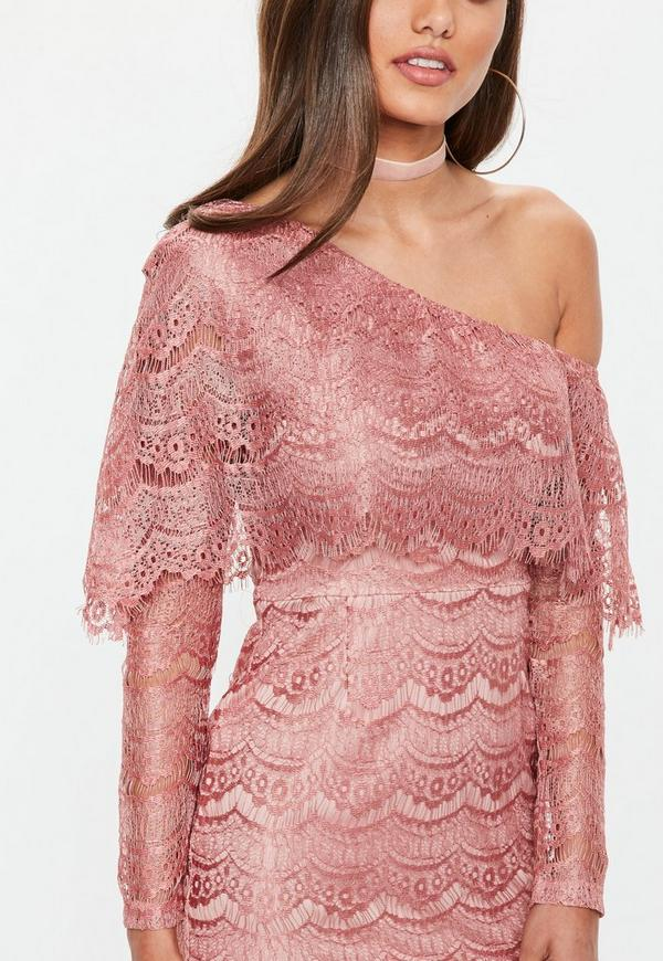Vestido ajustado de encaje con hombro descubierto en rosa   Missguided
