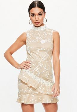 Beżowa sukienka z falbanką i koronkowymi naszyciami
