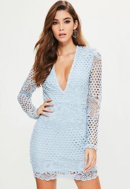 Niebieska dopasowana sukienka z koronki z głębokim dekoltem