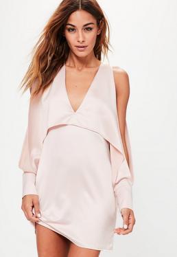 Vestido recto de hombros descubiertos y mangas partidas en rosa