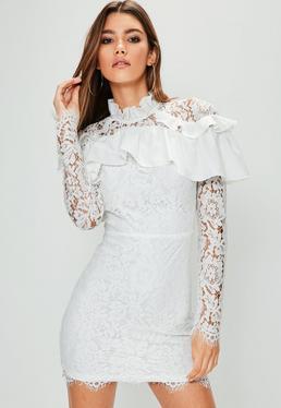Robe moulante blanche à froufrous aux épaules