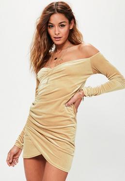 Gerafftes langärmliges Bardot Wickelkleid aus Samt in Nude