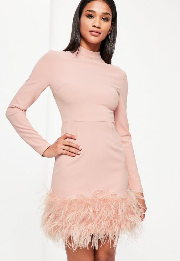 Vestido de cuello alto con plumas en el bajo en rosa | Missguided