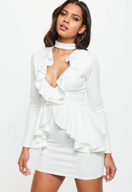 Biała dopasowana sukienka z chokerem i falbanami