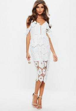 Biała koronkowa sukienka midi na ramiączkach z ozdobnymi falbankami