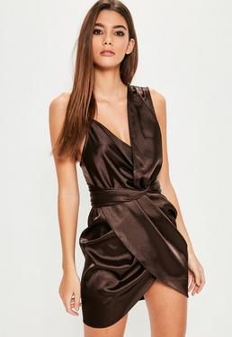 Robe asymétrique drapée marron en satin