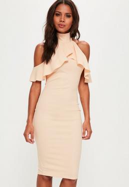 Beżowa dopasowana sukienka midi z ozdobnymi falbanami i golfem