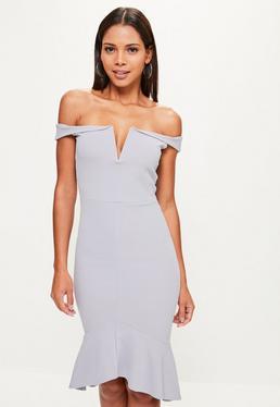 Fioletowa sukienka bardot midi zakończona falbanką