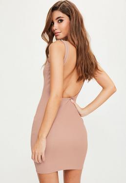 Różowa dopasowana sukienka z odkrytymi plecami