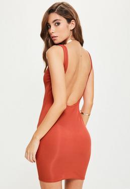 Pomarańczowa dopasowana sukienka z odkrytymi plecami