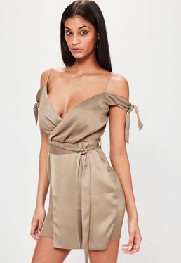 Brązowa satynowa zawijana sukienka na wiązanych ramiączkach