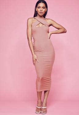 Różowa prążkowana sukienka maxi z dekoltem halter