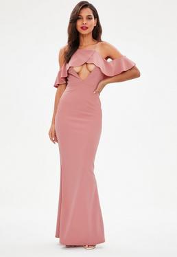 Różowa długa sukienka z wyciętymi ramionami i wycięciem na dekolcie