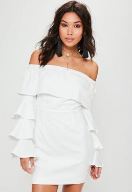 Biała dopasowana sukienka bardot z falbanami
