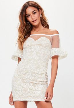 Biała koronkowa sukienka bardot z falbankami na rękawach