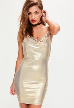 Vestido de tirantes de acabado metálico brillante con cuello redondo en dorado
