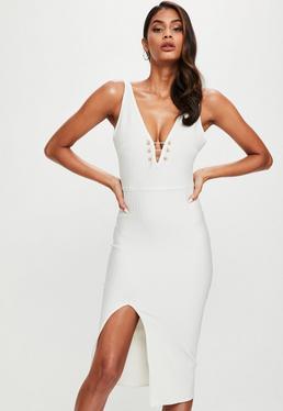 Biała sukienka midi z głębokim dekoltem i ozdobnymi łączeniami
