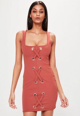 Czerwona dopasowana sukienka na ramiączkach z krzyżowanymi wiązaniami