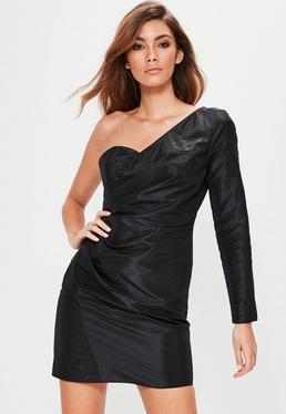 Czarna sukienka mini z marszczeniem z boku i odkrytym ramieniem