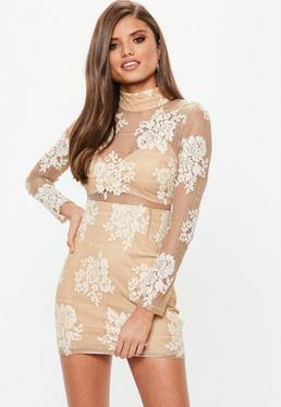 Beżowa dopasowana sukienka z siatki z długimi rękawami