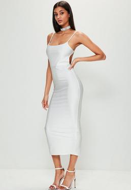 Biała prążkowana sukienka midi na ramiączkach z odkrytymi plecami
