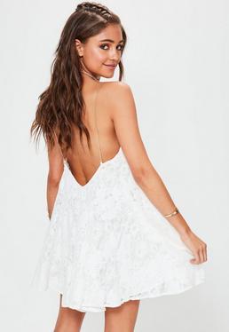 Biała luźna koronkowa sukienka na łańcuszkach