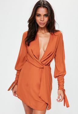 Pomarańczowa zawijana sukienka z głębokim dekoltem i rozcięciami na rękawach