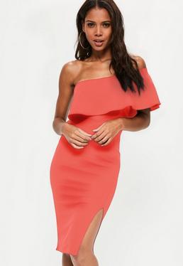 Pomarańczowa sukienka midi na jedno ramię z falbaną