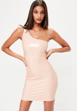 Vestido asimétrico de vinilo en nude