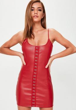 Vestido corto de tirantes con cierre de corchetes en cuero sintético rojo