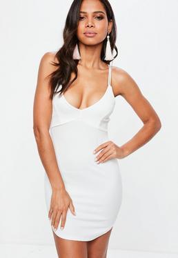 Biała sukienka mini z głębokim dekoltem i ozdobnymi paskami na plecach