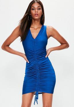 Vestido corto de tirantes con fruncido en azul