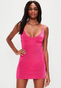 Różowa błyszcząca sukienka na ramiączkach z głębokim dekoltem