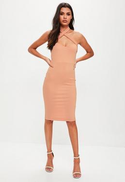 Różowa sukienka midi z krzyżowanymi ramiączkami