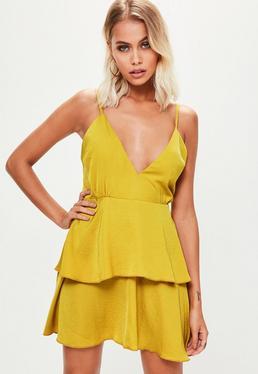 Vestido corto de satén con volantes en amarillo mostaza