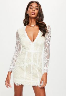 Biała koronkowa sukienka z długimi rękawami