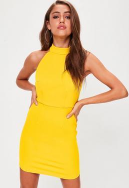 Vestido ajustado de cuello halter con espalda abierta en amarillo