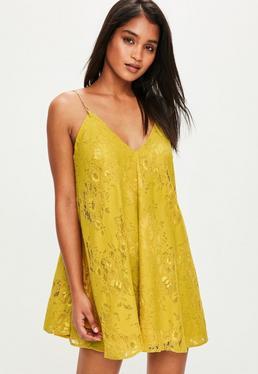 Vestido con vuelo de tirantes con cadenas doradas en amarillo